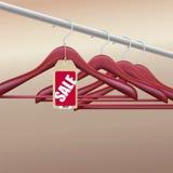 Houten hangers met verkoopmarkering Royalty-vrije Stock Afbeeldingen