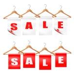 Houten hangers met verkoopmarkeringen. Kortingsconcept. Royalty-vrije Stock Fotografie