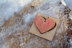 Houten hart achter een snow-covered oppervlakte royalty-vrije stock foto