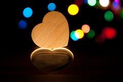 Houten hart in donker licht, vakantie abstracte achtergrond Royalty-vrije Stock Fotografie