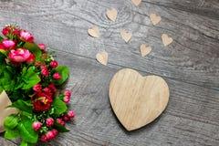 Houten hart en een boeket van rozen, de Dag van Valentine ` s, liefde, romantische foto's, romantisch boeket met harten en giften royalty-vrije stock fotografie