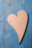 Houten hart op blauw Royalty-vrije Stock Afbeeldingen