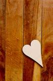 Houten hart op bruin Stock Afbeeldingen