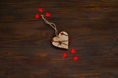 Houten hart op een donkere houten achtergrond, het concept de Dag van Valentine ` s, hoogste mening Stock Afbeeldingen