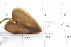 Houten hart op kalender De dagconcept van de valentijnskaart ` s Royalty-vrije Stock Foto
