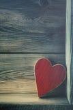 Houten hart op plank Royalty-vrije Stock Afbeelding