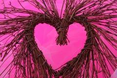 Houten hart op roze Stock Afbeelding