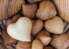Houten harten in de mand Royalty-vrije Stock Fotografie