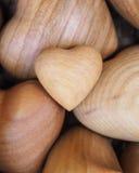 Houten harten in de mand Stock Foto's