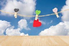 houten harten die op doeklijn hangen Stock Fotografie