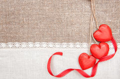 Houten harten, lint en linnendoek op de jute Stock Fotografie