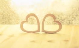 Houten harten op een glanzende achtergrond Royalty-vrije Stock Afbeelding