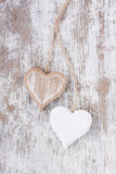 Houten harten op een witte houten achtergrond Royalty-vrije Stock Fotografie