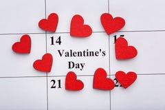 Houten harten op kalender Stock Foto