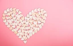 Houten harten op roze achtergrond stock afbeeldingen