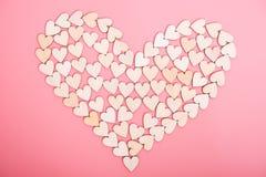Houten harten op roze achtergrond royalty-vrije stock afbeeldingen