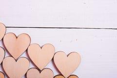 Houten harten op witte houten achtergrond stock afbeeldingen
