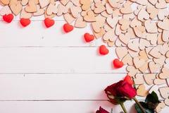 Houten harten op witte houten achtergrond royalty-vrije stock fotografie