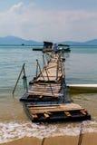 Houten haven om vissersboot aan te sluiten Stock Afbeelding