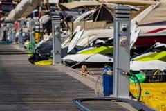 Houten havenbrug met laders aan jacht Stock Foto