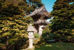 Houten heiligdom in Japanse de theetuin van het Golden Gatepark in de Zomer stock foto's