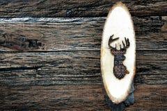 Houten herten op houten plank royalty-vrije stock fotografie