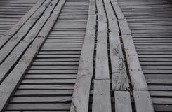 Houten het lopen weg op de houten brug Stock Foto's