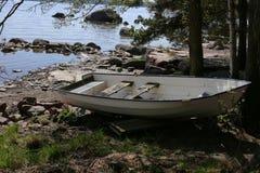 Houten het Roeien Boot in Kust van Oostzee tijdens de Lente stock foto