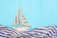 Houten het schipjacht van Toy Sailing, de schipzeilen op een regenachtige dag imitatie van golven royalty-vrije stock afbeeldingen