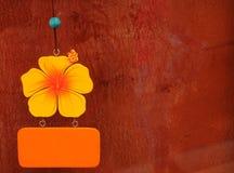 Houten Hibiscus mobiel op grungemuur Royalty-vrije Stock Fotografie