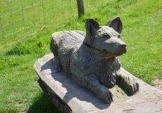 Houten Hondstandbeeld Stock Foto's