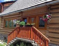 Houten Hooglanderplattelandshuisje in ChochoÅ 'ow, Nowy SÄ… CZ, Polen Royalty-vrije Stock Afbeelding