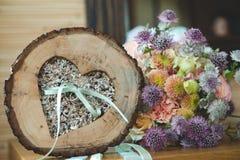 Houten houder voor trouwringen Sluit omhoog mening royalty-vrije stock afbeeldingen