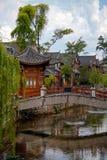 Houten houes in Chinese stijl, schilderachtige brug over de rivier in China royalty-vrije stock afbeeldingen