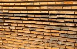 Houten hout bij een zaagmolen stock afbeeldingen