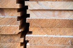 Houten hout in de zaagmolen stock afbeeldingen