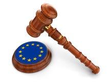 Houten Houten hamer en Europese Unie vlag (het knippen inbegrepen weg) Stock Foto