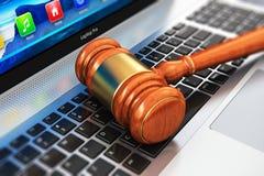 Houten houten hamer op laptop toetsenbord Stock Afbeelding