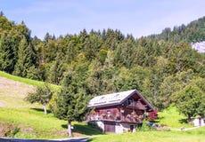 Houten huis in de bergen van Alpen stock afbeeldingen