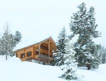 Houten huis in de winter nevelige berg stock foto's