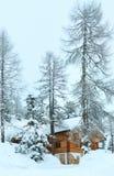 Houten huis in de winter nevelige berg stock foto