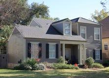Houten huis en tuin in de herfst stock afbeeldingen