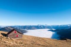 Houten Huis op de bovenkant van de berg van Rigi Kulm in Zwitserland Royalty-vrije Stock Foto's