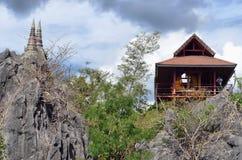 Houten huis op de heuvel in het hout Royalty-vrije Stock Afbeeldingen