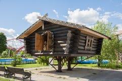 Houten hut in het bos, huis van witc Stock Foto's