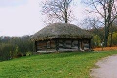 Houten hut in het landgoed van Telling Leo Tolstoy in Yasnaya Polyana in Oktober 2017 stock fotografie