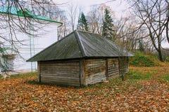 Houten hut in het landgoed van Telling Leo Tolstoy in Yasnaya Polyana in Oktober 2017 royalty-vrije stock afbeelding