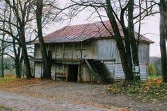 Houten hut in het landgoed van Telling Leo Tolstoy in Yasnaya Polyana in Oktober 2017 Stock Afbeeldingen