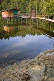 Houten hut op het meer Royalty-vrije Stock Foto's
