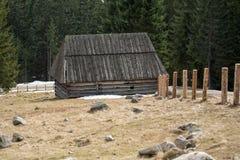 Houten hutten in Chocholowska-vallei in de lente, Tatra-Bergen royalty-vrije stock foto